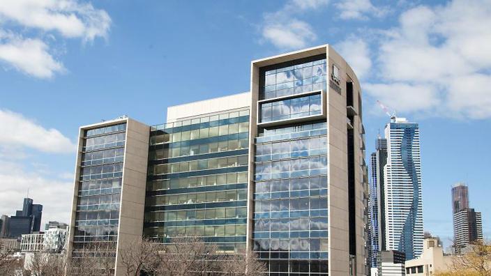Melbourne University đứng thứ 7 trên bảng xếp hạng quốc tế các trường luật của Times Higher Education, vượt trên cả đại học Harvard và Columbia University.